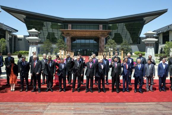 지난해 5월 15일 중국 베이징에서 열린 일대일로(一帶一路) 국제포럼에 참석한 시진핑 중국 국가주석을 비롯해 각국 정상들이 손을 흔들고 있다. 서울신문 DB.