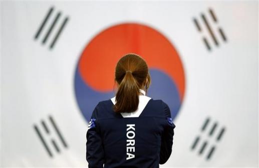 2016년 2월 러시아 콜롬나에서 열린 국제빙상연맹(ISU) 세계선수권 500m에서 우승한 뒤 시상대에서 태극기를 바라보는 이상화. EPA 연합뉴스