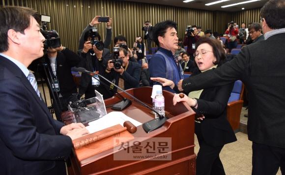 국민의당 장정숙(오른쪽 두 번째) 의원이 12일 국회에서 열린 당무위원회에서 안철수(왼쪽) 대표에게 회의 진행에 대한 문제 제기를 하며 거칠게 항의하고 있다. 이종원 선임기자 jongwon@seoul.co.kr
