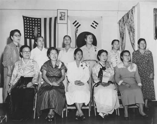 1950년 대한부인구제회의 임원들과 함께. 앞줄 맨 오른쪽이 천연희다.  일조각 제공