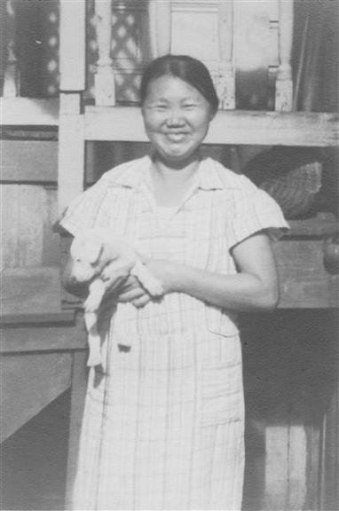 강아지를 들고 활짝 웃고 있는 천연희. 하와이 알라케아스트리트에서 살던 시절로, 1930년 찍은 것으로 추정된다. 일조각 제공