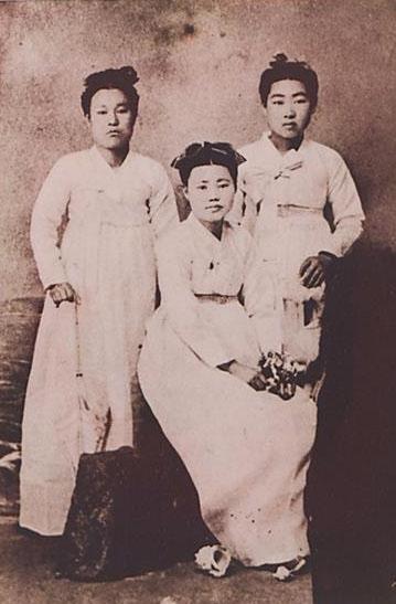 일본 고베에서 다른 사진신부 두 명과 함께 찍은 사진. 왼쪽부터 김순남, 천연희, 박달순.  일조각 제공