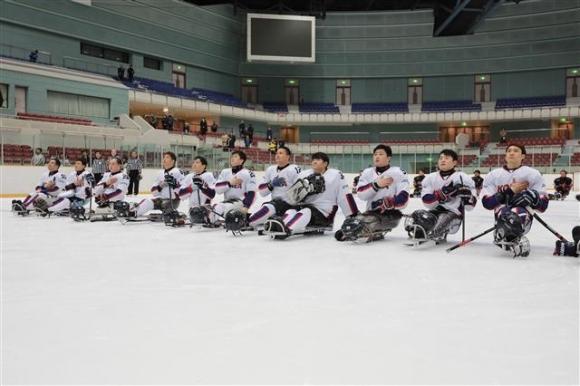 지난 10일 일본 나가노에서 열린 '2018 일본 국제 장애인아이스하키선수권' 노르웨이와의 경기에서 한국 대표팀 선수들이 울려 퍼진 애국가에 맞춰 가슴에 손을 올리고 있다. 대한장애인아이스하키협회 제공