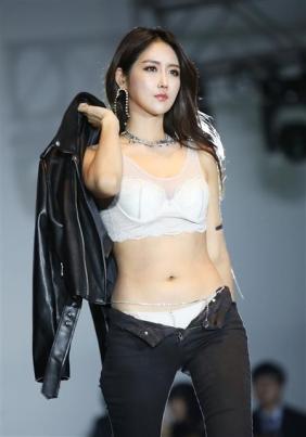레이싱모델 유다연, '란제리 패션쇼서 당당 워킹'