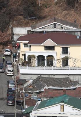 법원 '국정원 뇌물' 박근혜 전 대통령 재산 동결 법원이 국가정보원에서 특수활동비를 뇌물로 받은 혐의로 추가 기소된 박근혜 전 대통령의 재산을 동결했다. 국정농단 사태가 불거진 이후 박 전 대통령의 재산 처분이 금지된 건 이번이 처음이다. 서울중앙지법은 12일 검찰이 청구한 추징보전 청구를 받아들였다고 밝혔다. 2018.1.12 뉴스1