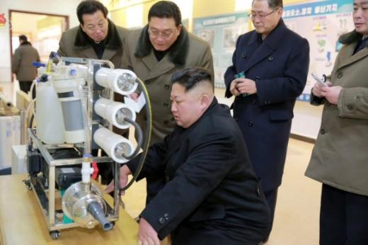 김정은 북한 노동당 위원장이 신년사 이후 새해 첫 공개활동으로 국가과학원을 방문했다고 조선중앙TV가 12일 보도했다. 사진은 국가과학원의 장비를 살펴보는 김 위원장의 모습. 연합뉴스