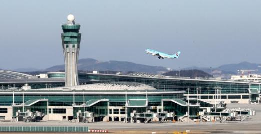 12일 개장식 행사가 열린 인천공항 제2여객터미널 위로 대한항공 항공기가 날아오르고 있다. 오는 18일부터 운영되는 제2여객터미널로 인천공항은 올해부터 연간 총 7200만명의 여객과 500만t의 화물을 수용할 수 있게 됐다. 연합뉴스