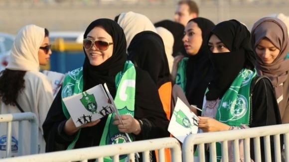 사우디 프로축구 알아흘리를 응원하는 여성들이 12일(현지시간) 알바틴과의 경기를 관전하기 위해 킹압둘라 스포츠 시티의 가족석 출입문을 통해 입장하고 있다. 제다 AFP 연합뉴스