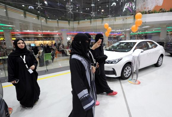 사우디아라비아 여성들이 11일(현지시간) 이 나라에서 처음으로 여성에게 개방된 제다의 자동차 여성 전용 전시 공간을 찾아 자동차를 둘러보고 있다. 제다 AFP 연합뉴스
