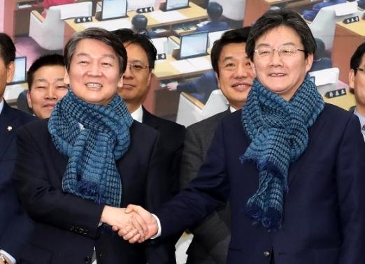 안철수(왼쪽) 국민의당 대표와 유승민 바른정당 대표. 연합뉴스 자료사진