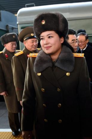북한 예술단 실무접촉 대표단에 포함된 현송월 북한이 평창 동계올림픽 예술단 파견을 위해 보내온 실무접촉 대표단 명단에 포함된 현송월 관현악단 단장. 모란봉악단 단장으로 알려진 현 단장이 2015년 12월10일 중국 베이징 국가대극원 공연을 위해 베이징역에 도착하고 있다. 신화사=연합뉴스 자료 사진