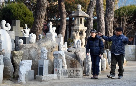 손유진씨와 손창식씨가 '손창식 야외 석조 전시관'을 둘러보고 있다. 2014년 문을 연 9800㎡ 규모의 전시관에는 두 사람의 조각들이 차곡차곡 쌓여 가고 있다.