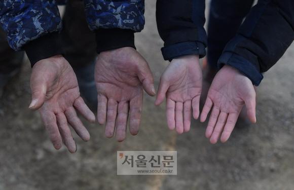 스승의 손은 그 세월만큼 거칠고 단단하지만 제자의 손은 아직 누가 봐도 젊은 여성의 것이다.