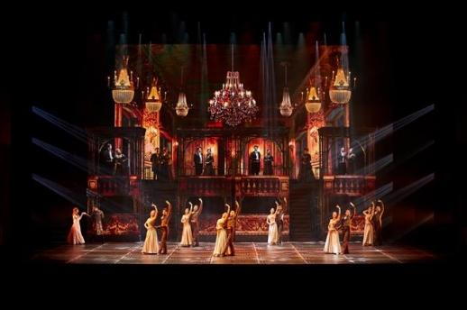 뮤지컬 '안나 카레니나'는 5.3m 높이의 LED 타워, 249개의 무빙 라이트, 고풍스러운 의상 등으로 19세기 러시아의 화려한 귀족 사회를 그대로 재현해 냈다.  마스트엔터테인먼트 제공