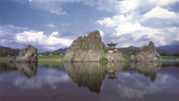 바다를 접하지 않는 충북에는 절경을 자랑하는 호수가 많다. 충북도는 호수를 주제로 12경을 선정해 관광객을 끌어들이고 있다. 이 가운데 가장 유명한 게 1경으로 뽑힌 단양군 매포읍 삼봉로에 있는 도담삼봉이다.  충북도 제공