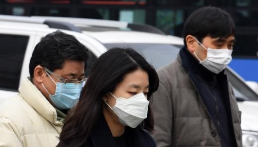 미세먼지 농도가 며칠째 나쁨을 기록하고 있는 가운데 17일 오전 서울 종로구 광화문에서 시민들이 마스크를 쓴 채 길을 걷고 있다.  손형준 기자 boltagoo@seoul.co.kr
