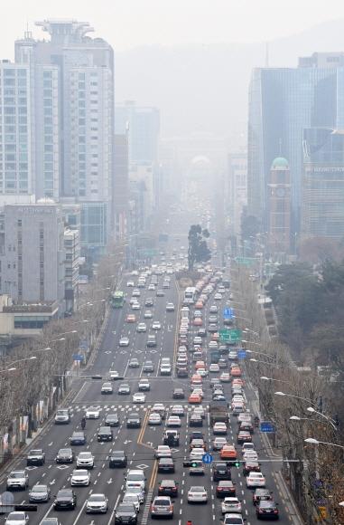 올해 들어 두 번째 미세먼지 비상저감조치가 발령된 17일 오전 서울 서초구 반포대로 일대가 미세먼지로 뿌옇게 보이고 있다. 손형준 기자 boltagoo@seoul.co.kr