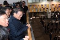 [서울포토] 웨이트 트레이닝 센터 방문한 문재인 대통…