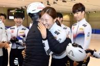 [서울포토] 김아랑 선수와 포옹하는 문재인 대통령