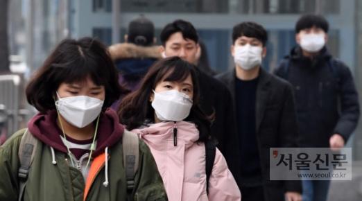 써도 답답… 안 써도 답답  서울에 미세먼지 비상조치가 발령된 17일 오전 강남구 삼성동을 지나는 시민들이 마스크를 쓰고 있다. 도준석 기자 pado@seoul.co.kr