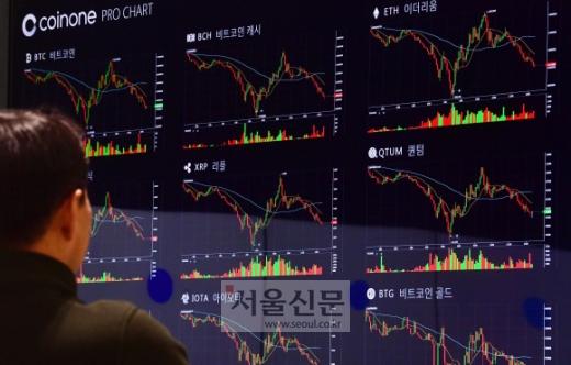 비트코인을 비롯한 가상화폐가 폭락한 17일 서울 여의도의 한 가상화폐거래소에서 한 시민이 시세그래프를 보고 있다. 2018. 1. 17 정연호 기자 tpgod@seoul.co.kr