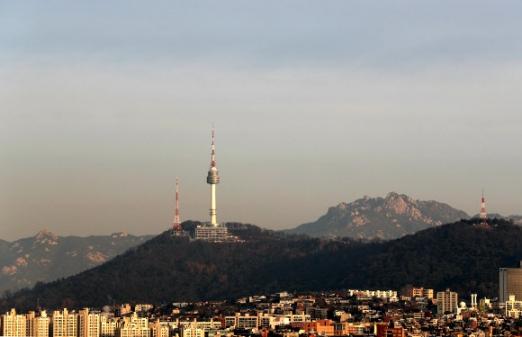 지금 미세먼지 서울은 '보통' 서울의 미세먼지 농도가 보통 수준을 회복한 19일 오전 서울 서초구 누에다리에서 남산 N타워가 보이고 있다. 연합뉴스