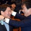 [포토] '목도리 통합' 안철수-유승민, 토크 콘서트로 첫 공식행보