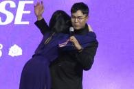 쇼케이스 현장 웃음바다 만든 선미의 '돌발포옹'
