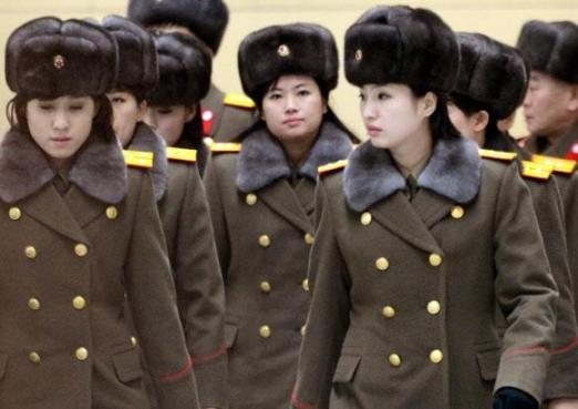 2015년 12월 12일 북한 모란봉악단이 중국 베이징 국가대극원 공연을 몇 시간 앞두고 돌연 귀국하기 위해 베이징의 한 호텔을 나서는 모습. 모란봉악단은 김정은 노동당 위원장의 지시로 중국 공연에 나섰지만, 공연 무대 배경 화면에 북핵과 장거리 미사일 등 체제 선전물이 등장한 것에 대해 중국 당국이 난색을 표하자 공연을 취소하고 귀국했다.  서울신문 BD