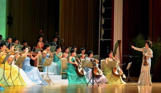 북한이 다음달 평창동계올림픽에 예술단을 포함한 대표단의 파견을 확정한 가운데 북한 만수대예술단 삼지연악단이 2015년 설을 맞아 평양 인민문화궁전에서 공연하고 있다. 연합뉴스