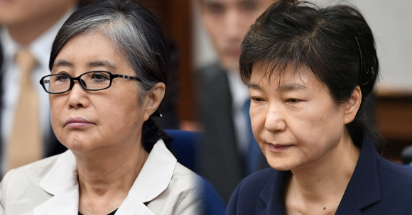 2017년 5월 23일 국정농단 첫 공판 당시 최순실씨와 박근혜 전 대통령.  사진공동취재단