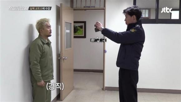 '머그샷'을 찍는 출연자들. JTBC '착하게 살자' 캡처