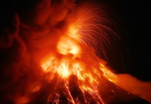 23일(현지시간) 필리핀 중부 알바이주에 있는 마욘 화산이 대규모 용암과 화산재를 분출하고 있다. AP 연합뉴스