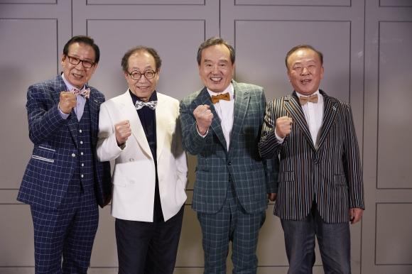 할벤저스 배우 윤덕용(왼쪽부터), 신구, 박인환, 임현식이 '비밥바룰라' 관객 100만 달성을 기원하며 파이팅을 외치고 있다.