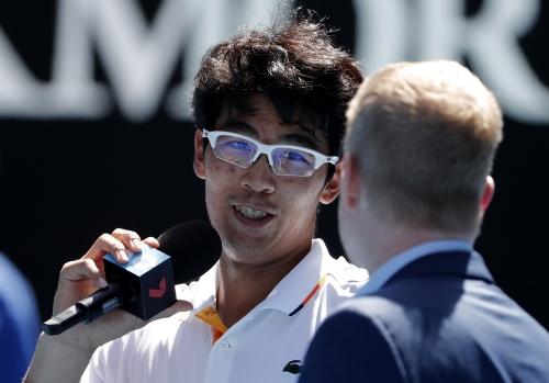 짐 쿠리어와 인터뷰하는 정현 정현이 24일 2018 호주오픈 테니스대회 남자 단식 4강전에서 테니스 샌드그렌을 상대로 승리한 뒤 1993년 호주 오픈에서 우승했던 미국 테니스 스타 짐 쿠리어와 인터뷰하고 있다. AP 연합뉴스