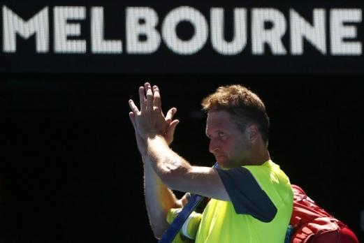 테니스 샌드그렌이 24일 호주 멜버른에서 열린 2018 호주오픈 테니스대회 남자 단식 8강전에서 정현한테 패배한 뒤 경기장을 떠나고 있다. 로이터 연합뉴스