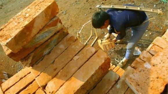 체불 임금을 돈 대신 벽돌로 받은 농민공이 벽돌을 옮기고 있다. 웨이보 캡처