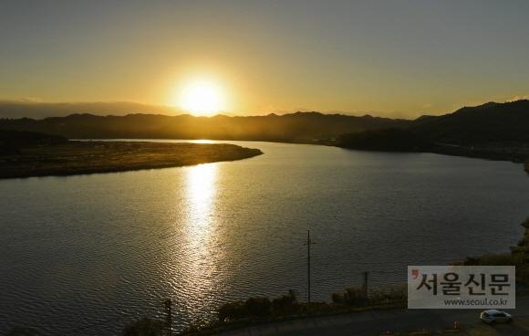 몽탄나루의 저물녘 풍경. 꿈여울이라는 이름 만큼이나 해거름 풍경이 곱다. 이 일대에 식영정, 몽탄나루 등 명소들이 몰려 있다.