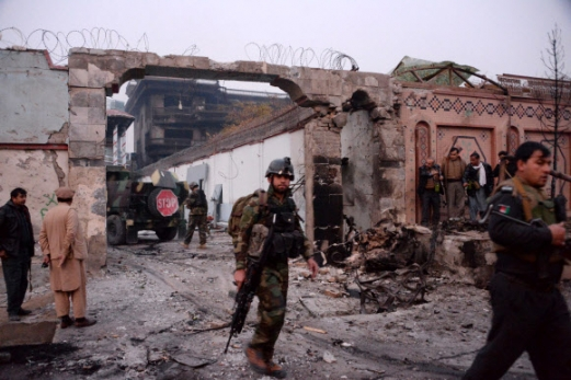 IS, 아프간 국제아동구호단체 '세이브더칠드런' 테러…4명 사망·26명 부상  24일(현지시간) 아프가니스탄 낭가르하르주 잘랄라바드에서 무장한 군인이 테러 현장을 살펴보고 있다. 이날 자살폭탄 조끼를 입은 이슬람국가(IS) 테러리스트가 국제 아동구호단체 '세이브더칠드런'을 습격해 출동한 경찰과 10시간 가까이 총격전을 벌였다. 총격전 과정에서 세이브더칠드런 직원 2명이 숨졌고, 보안요원 1명과 아프간 군인 1명도 사망했다. 부상자도 최소 26명에 달한다. 잘랄라바드 AFP 연합뉴스