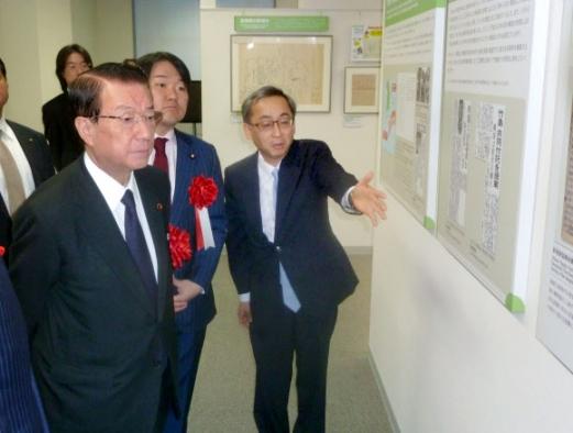 에사키 데쓰마(왼쪽) 일본 영토문제담당상이 25일 도쿄 히비야 공원에 설치된 '영토·주권 전시관' 개관식에 참석해 전시물을 둘러보고 있다. 도쿄 교도 연합뉴스