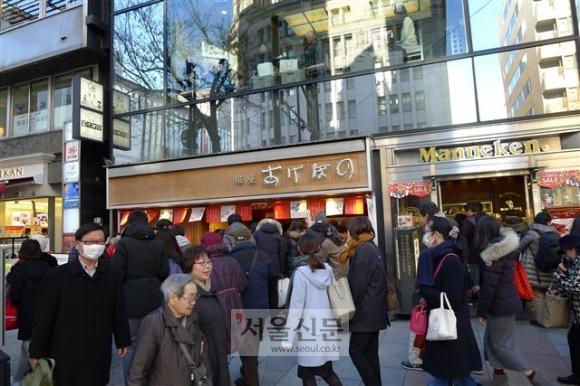도쿄 상업 중심가 긴자 거리와 외국 관광객들.