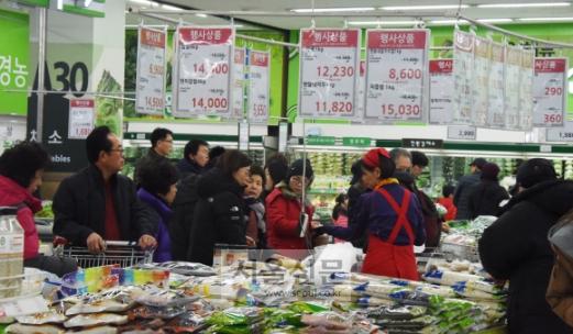 한파에… 과일·채소류 가격 급등  계속되는 한파로 과일과 채소류 가격이 급등한 가운데 서울 도봉구 하나로마트 창동점에서 시민들이 장을 보고 있다. 최해국 선임기자 seaworld@seoul.co.kr