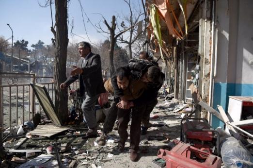아프간 카불 '구급차 폭탄 테러'… 최소 103명 사망·235명 부상 아프가니스탄 자원봉사자들이 27일(현지시간) 수도 카불의 내무부 청사 앞에서 발생한 자살폭탄 테러 부상자들을 병원으로 옮기고 있다. 이날 테러범은 응급 환자를 태운 것으로 위장한 구급차를 몰고 내무부 청사 앞에서 폭탄을 터뜨렸으며 사망자는 최소 103명, 부상자는 235명으로 집계됐다. 탈레반은 자신들이 이번 테러를 자행했다고 주장했다. 카불 AFP 연합뉴스