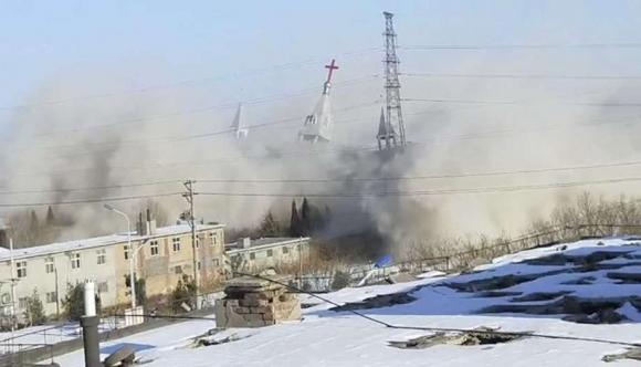 지난 9일 중국 산시성 린펀시 푸산현에서 개신교 가정교회 진덩탕 건물이 현지 당국에 의해 폭파되고 있는 모습.  차이나에이드 웹사이트 캡처.