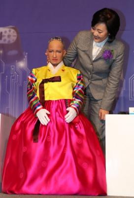 로봇, '소피아' 만져보는 박영선 의원