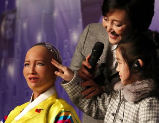 느낌아는 로봇 '소피아'