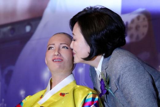 '소피아' 볼에 입맞춤하는 박영선 의원