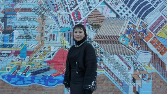 베이징 현대 모터 스튜디오 벽화 앞에 선 쉬징