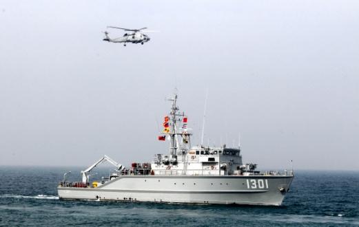 中 보란 듯… 대만, 기뢰제거선 동원 훈련  대만 해군이 31일 자국 가오슝 인근 해역에서 중국의 위협에 대비해 기뢰 제거선 등을 동원해 훈련을 하고 있다. 최근 중국이 대만해협을 지나는 항공노선을 일방적으로 개통하면서 '양안(兩岸) 갈등'이 깊어지고 있다. 가오슝 AP 연합뉴스
