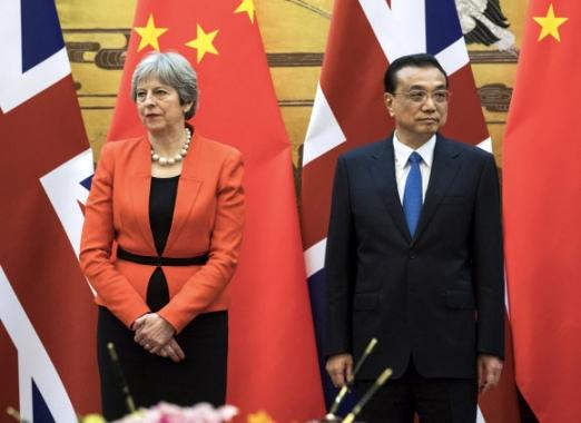 메이·리커창 총리 회담  테리사 메이(왼쪽) 영국 총리와 리커창 중국 총리가 31일 베이징 인민대회당에서 회담한 뒤 농산물 교역 및 투자, 인적 교류 등에 대한 협약서에 서명하려고 기다리고 있다. 베이징 EPA 연합뉴스